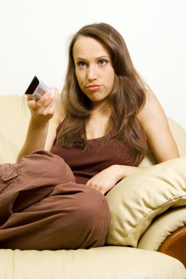 donna di sorveglianza annoiata della TV fotografia stock libera da diritti