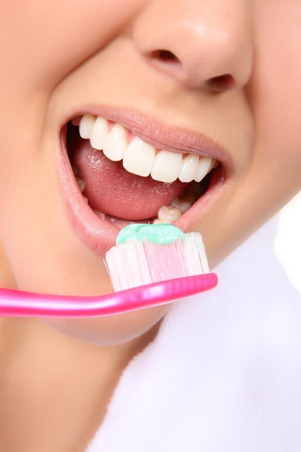 donna di spazzolatura dei denti fotografia stock