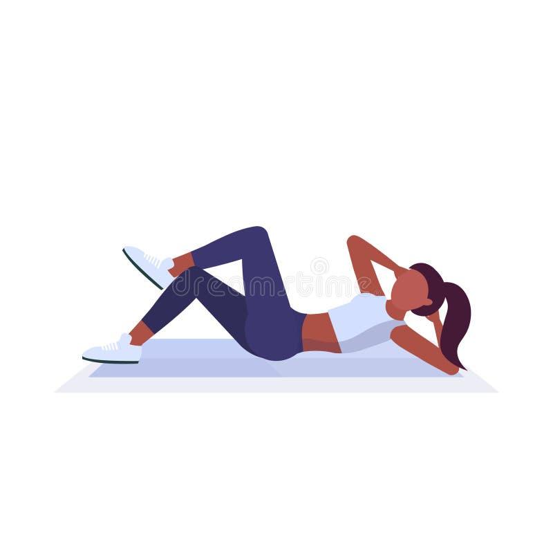 Donna di sport che fa gli esercizi della stampa su addestramento afroamericano della ragazza della stuoia nello stile di vita san royalty illustrazione gratis
