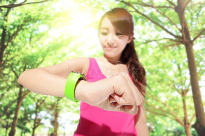 Donna di sport di salute che indossa orologio astuto immagine stock