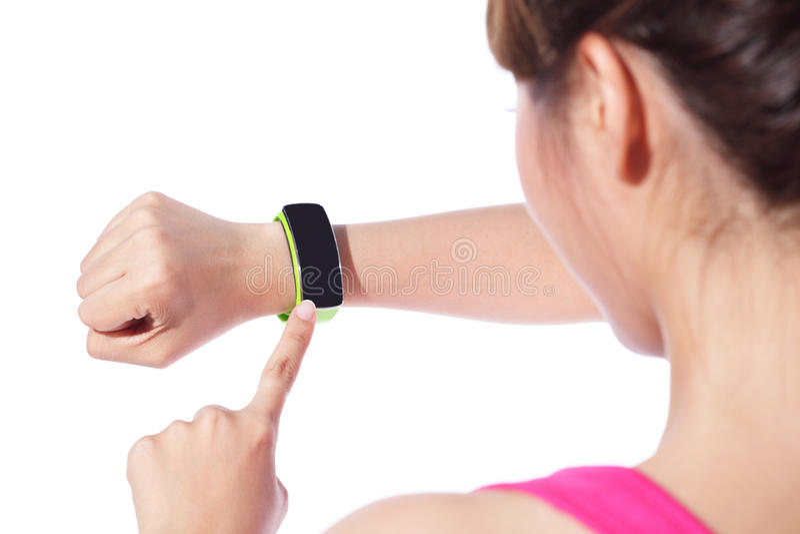 Donna di sport di salute che indossa orologio astuto immagini stock