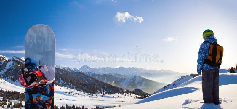 Donna di sport in montagne nevose immagini stock