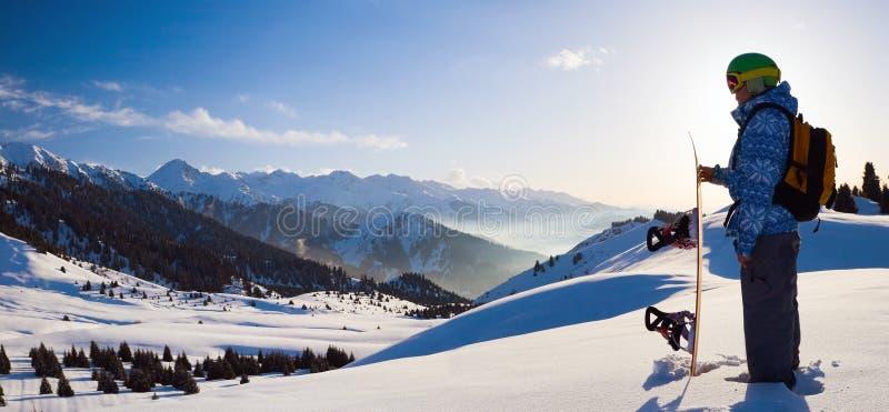 Donna di sport in montagne nevose fotografie stock libere da diritti