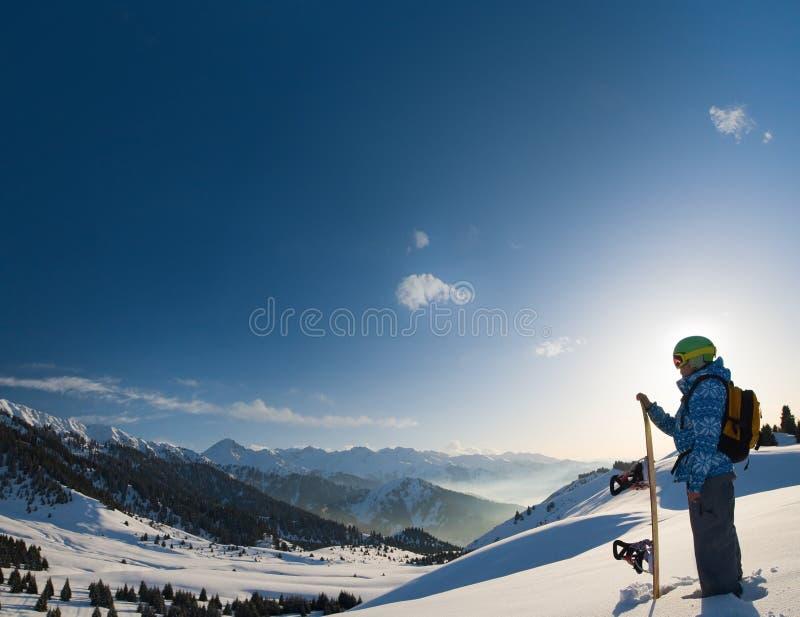 Donna di sport in montagne nevose immagini stock libere da diritti