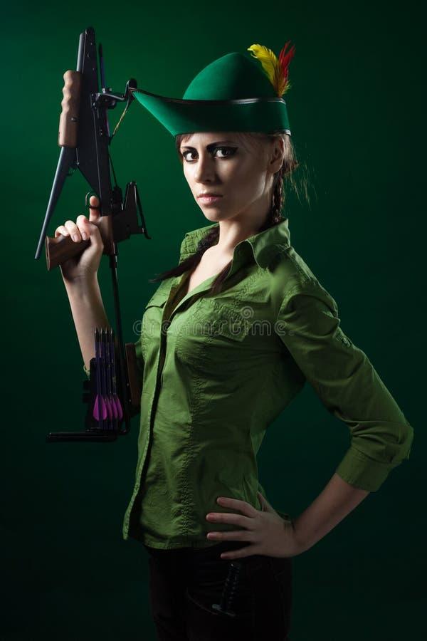 Donna di stile del Robin Hood con la balestra immagini stock