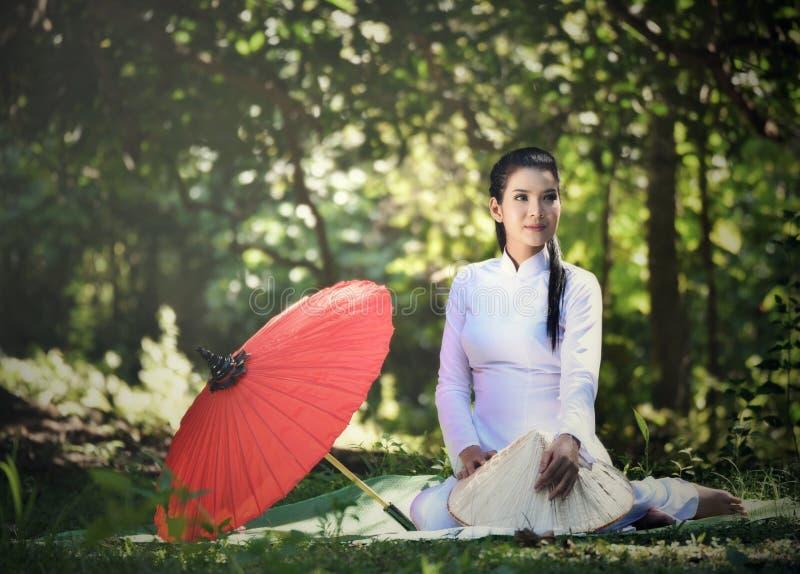 Donna di stile della Cina - del Vietnam fotografia stock