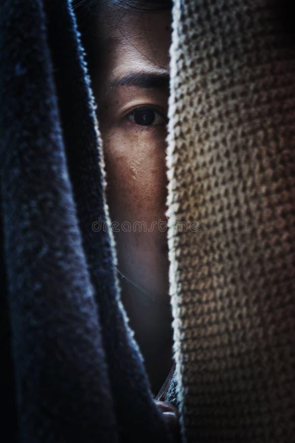Donna di timore che si nasconde nel gabinetto fotografia stock libera da diritti