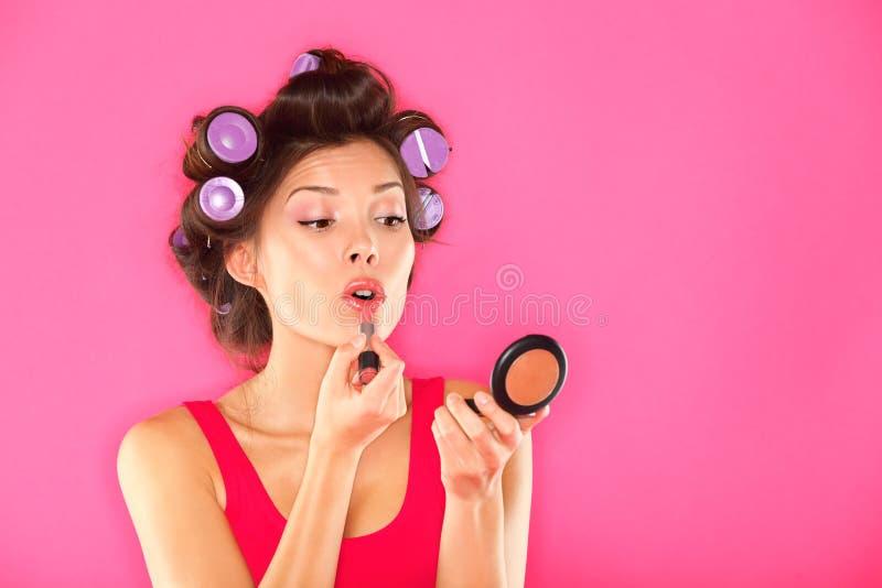 Donna di trucco che mette rossetto fotografie stock libere da diritti