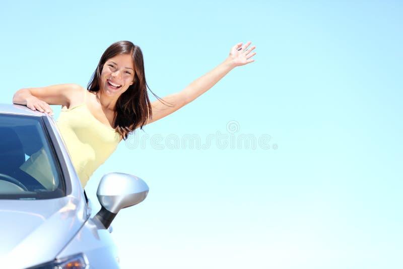 Donna di vacanza dell'automobile di estate sul viaggio stradale di feste immagini stock libere da diritti