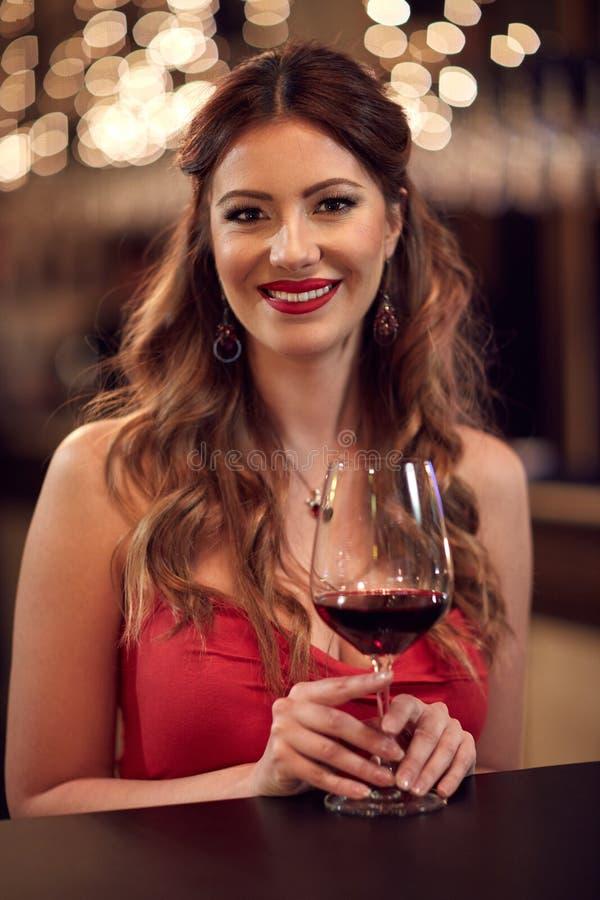donna di vetro del vino rosso fotografie stock