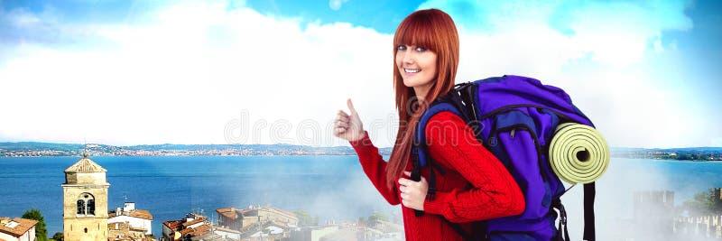 Donna di viaggio con la borsa davanti al paesaggio di festa immagine stock libera da diritti