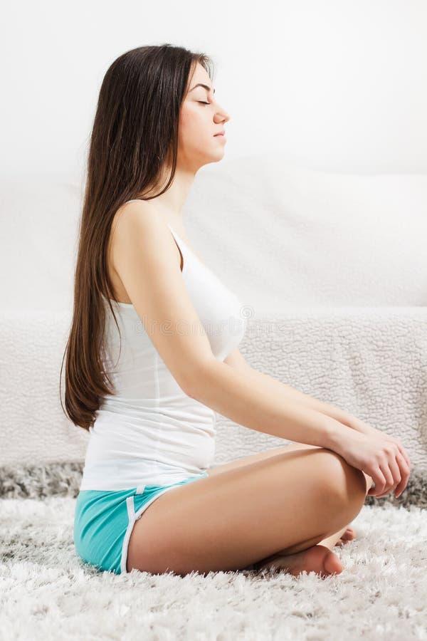 Donna di yoga che medita stile di vita sano di rilassamento fotografie stock libere da diritti