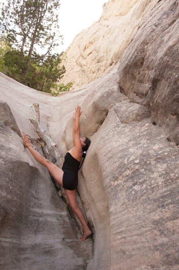 Donna di yoga del nativo americano in canyon rosso della roccia fotografia stock