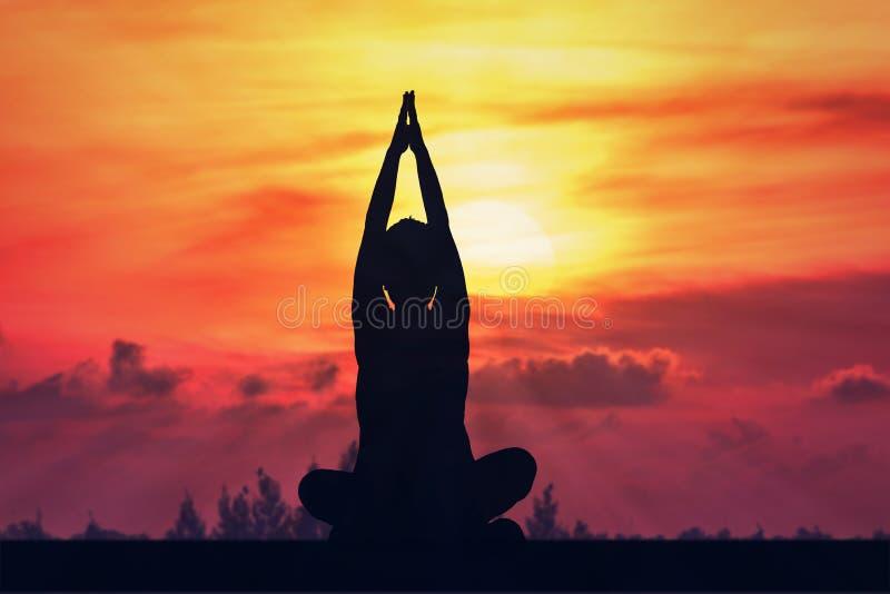 donna di yoga della siluetta con l'aumento del sole illustrazione vettoriale