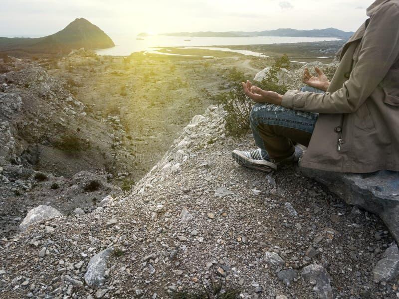 Donna di yoga Yoga in natura Siluetta che si siede nella posizione di loto che medita durante il tramonto immagini stock libere da diritti