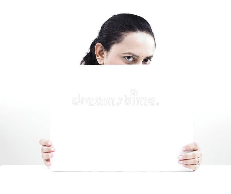 Download Donna Dietro Un Cartello In Bianco Immagine Stock - Immagine di advertise, pubblicità: 7319975