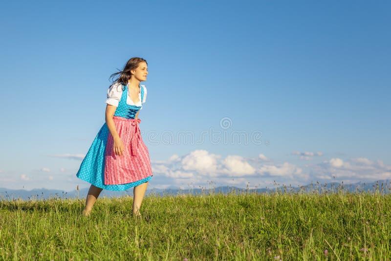 Donna in dirndl tradizionale bavarese immagine stock