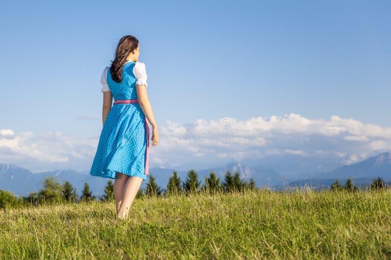 Donna in dirndl tradizionale bavarese immagini stock libere da diritti