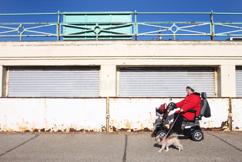 Donna disabile nella sedia a rotelle elettrica immagine stock libera da diritti