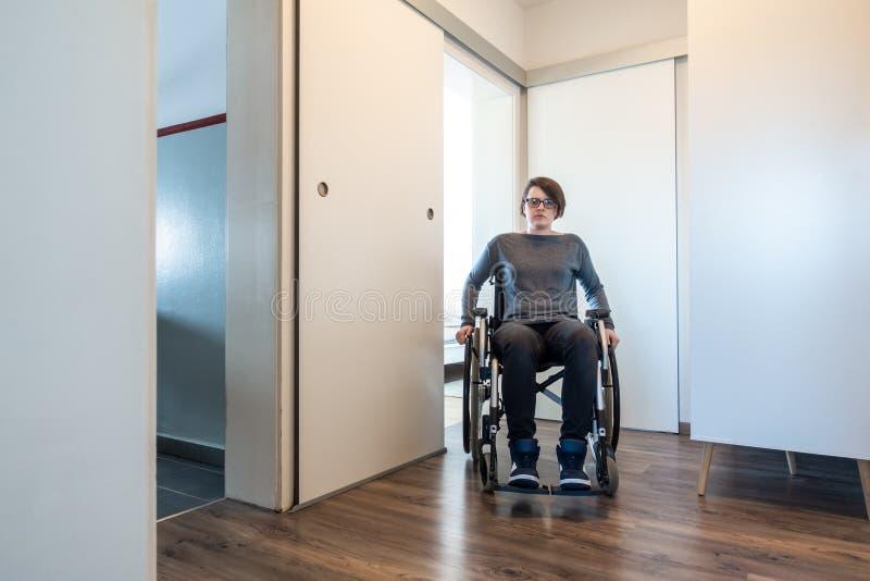 Donna disabile in suo appartamento fotografia stock