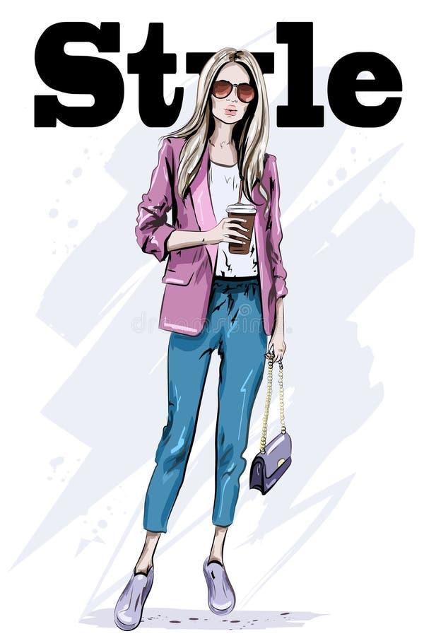 Donna disegnata a mano di modo in occhiali da sole Bella giovane donna con il sacchetto Signora alla moda abbozzo illustrazione di stock