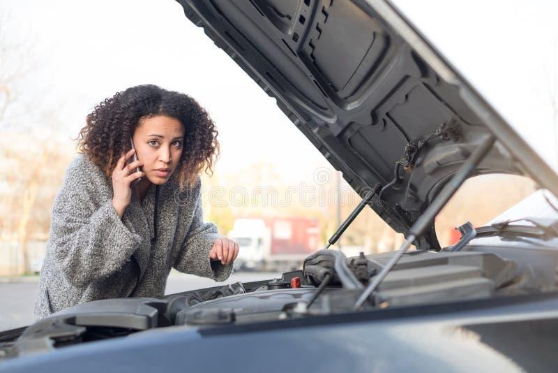 Donna disperata che chiama lo smartphone di aiuto di emergenza fotografie stock libere da diritti