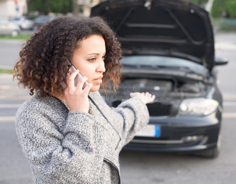 Donna disperata che chiama lo smartphone di aiuto di emergenza immagini stock