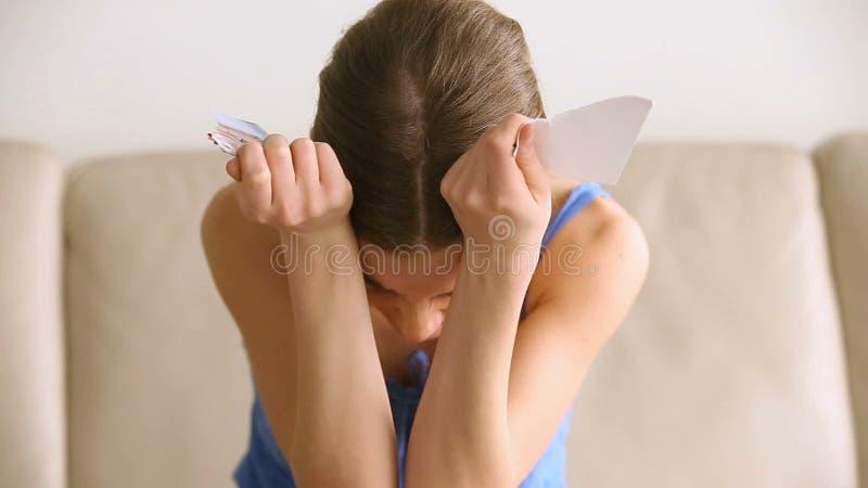 Donna disperata turbata che grida, foto strappante dell'adolescente, concetto di disfacimento stock footage