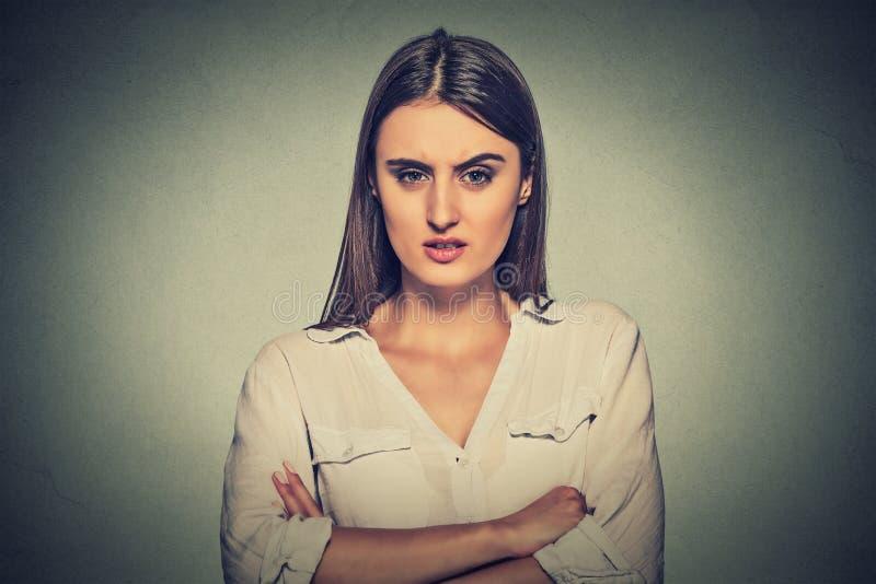 Donna dispiaciuta arrabbiata su fondo grigio immagini stock