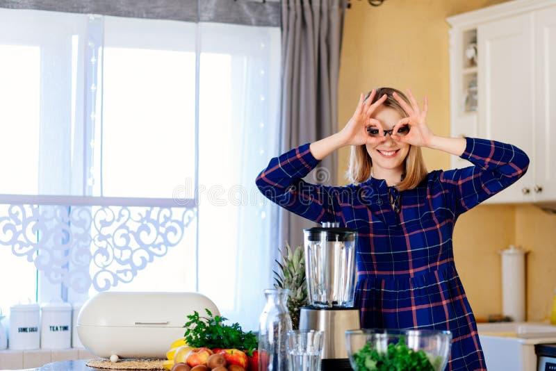 Donna divertendosi nella cucina immagini stock