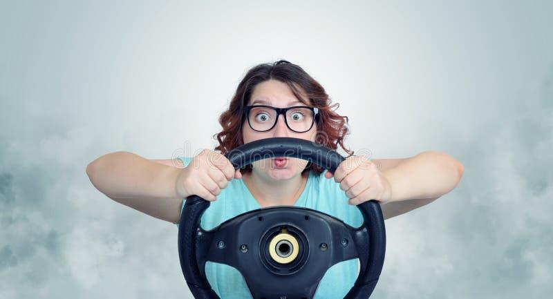Donna divertente con la ruota ed il fumo di automobile fotografia stock libera da diritti