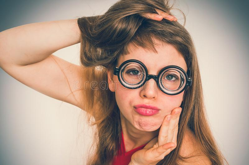 Donna divertente del geek o del nerd con l'espressione sessuale sul fronte fotografie stock libere da diritti