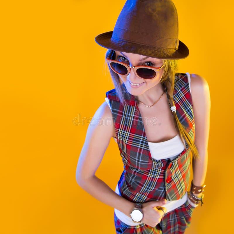 Donna divertente del primo piano che grida, isolato su fondo giallo immagini stock