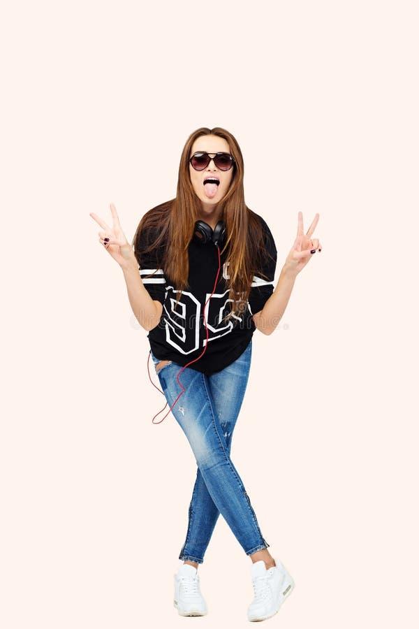 08e98cbf5c Donna DJ con le cuffie in jeans e camicia nera Brunette sorridente Bella  ragazza di modo