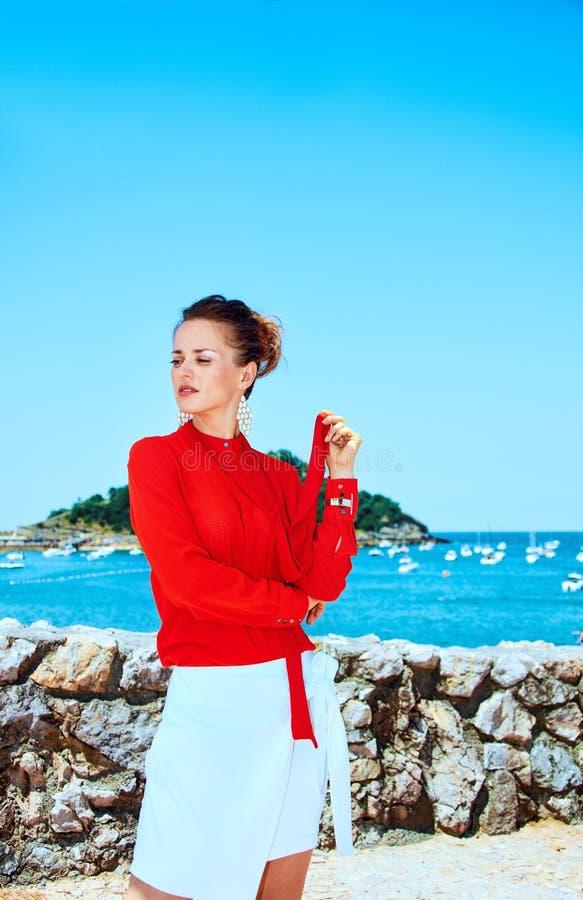 Donna a Donostia; San Sebastian, Spagna che guarda da parte fotografie stock