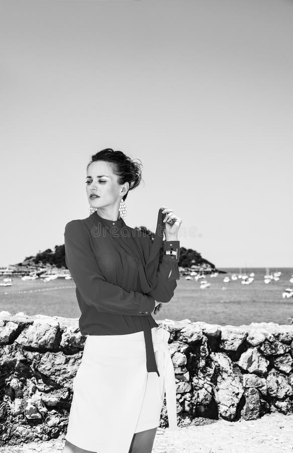 Donna a Donostia; San Sebastian, Spagna che guarda da parte fotografia stock
