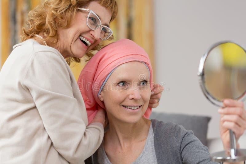 Donna dopo chemioterapia che riceve sciarpa immagine stock libera da diritti