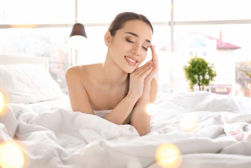 Donna dopo l'applicazione della crema per il corpo fotografia stock libera da diritti