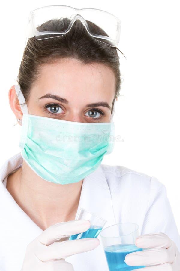Donna dottoressa che indossa una maschera respiratrice che tiene in mano un coronavirus positivo covid-19 risultato del test del  immagine stock