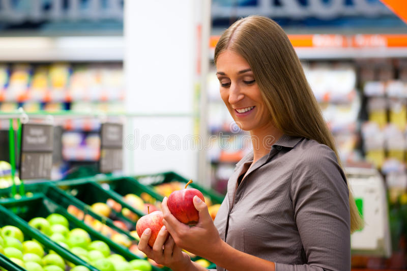 Donna in drogherie di acquisto del supermercato fotografie stock libere da diritti