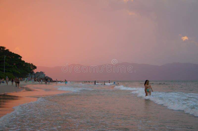 Donna due che bagna al tramonto immagini stock