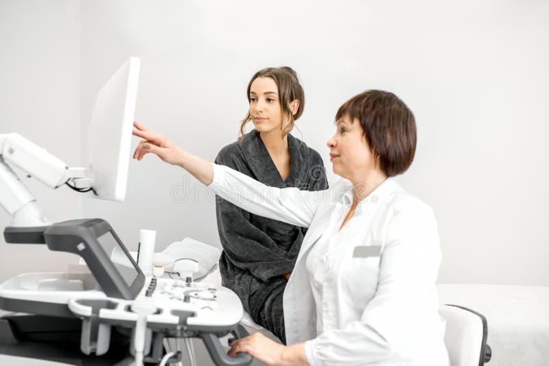 Donna durante la consultazione con medico immagini stock libere da diritti