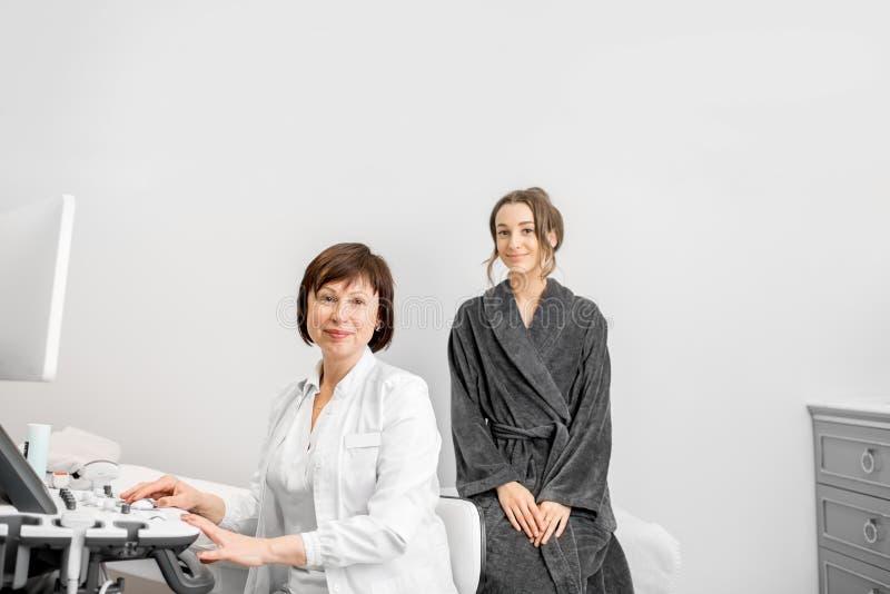 Donna durante la consultazione con medico fotografia stock libera da diritti