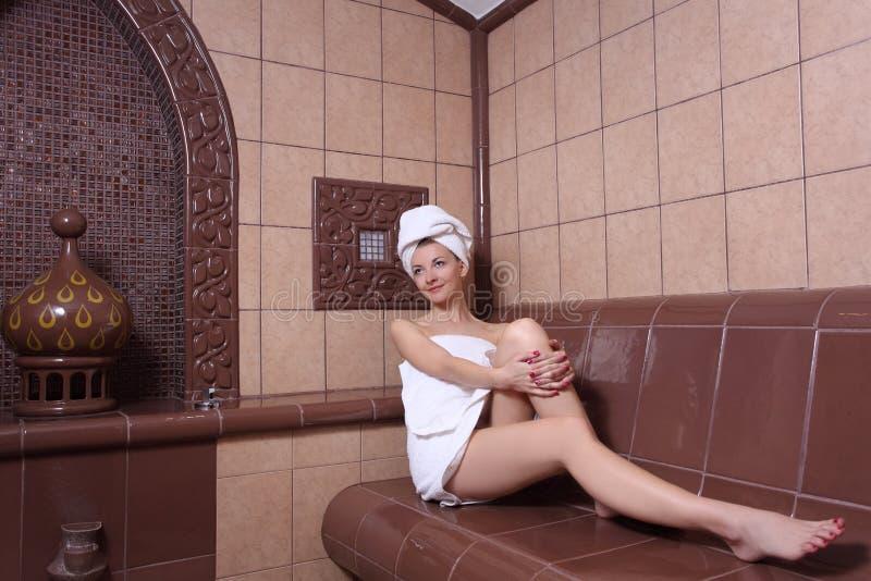 Donna e bagno a vapore turco immagini stock