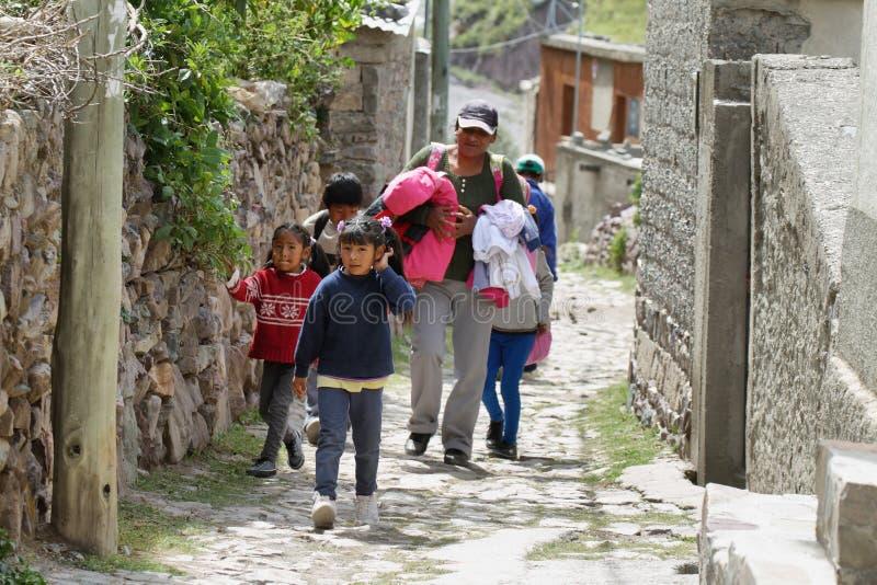 Donna e bambini indigeni nelle vie strette di San Isidro, Argentina fotografia stock
