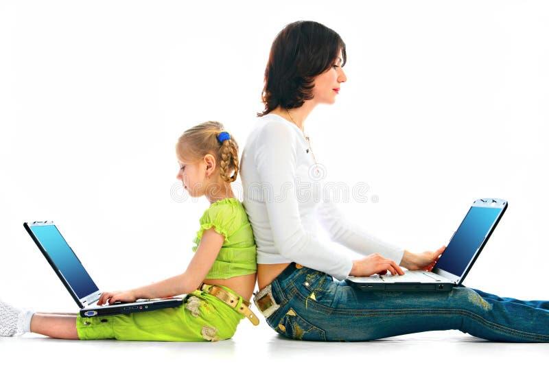 Donna e bambino con il computer portatile immagini stock libere da diritti
