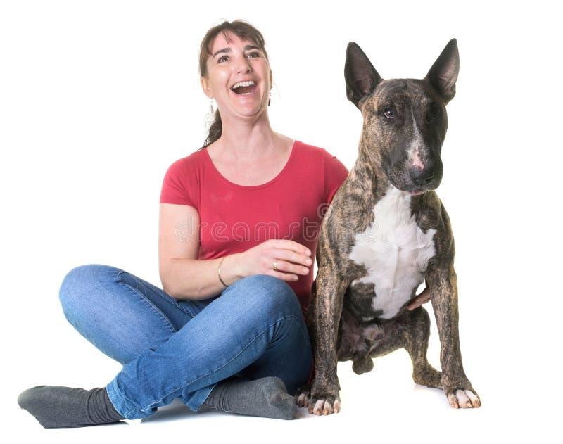 Donna e bull terrier fotografie stock