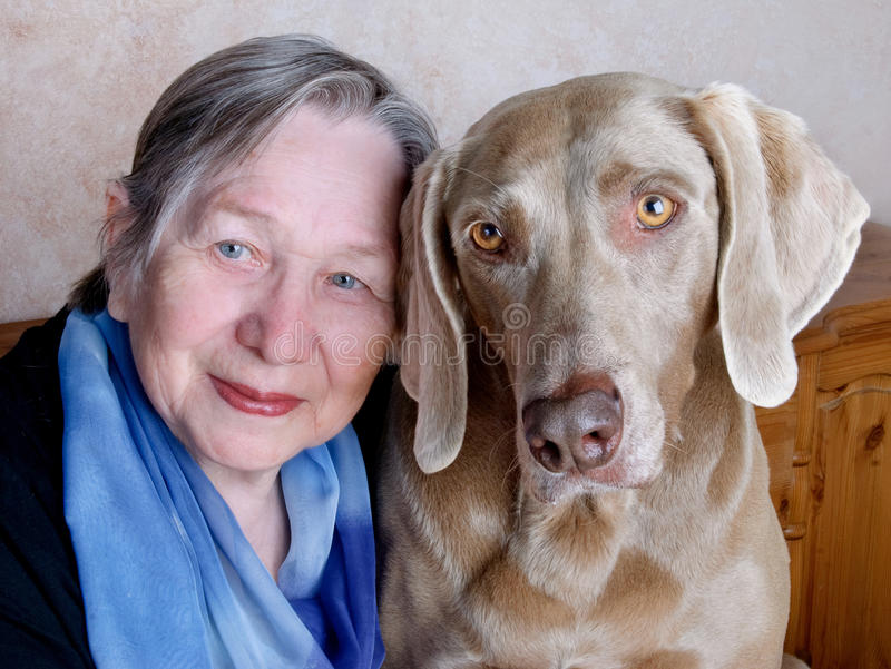 Donna e cane maggiori fotografie stock libere da diritti