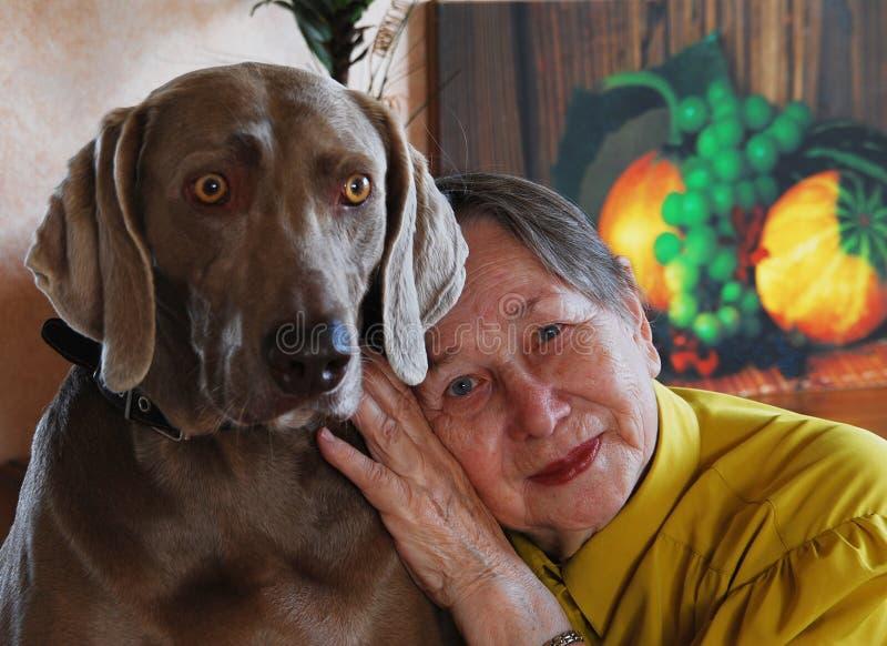 Donna e cane maggiori felici immagini stock libere da diritti