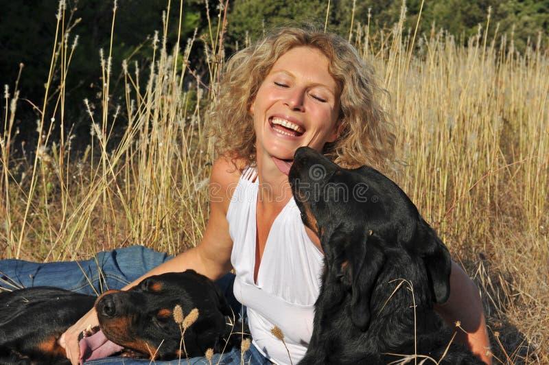 Donna e cani di risata fotografia stock libera da diritti